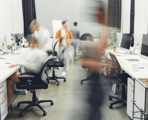 Foto: Großraumbüro |Text: Eigene Besuche auf Firmen-Website ausschließen