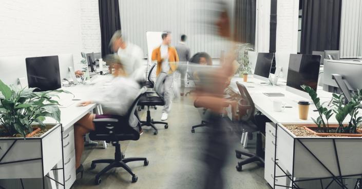 Foto: Großraumbüro  Text: Eigene Besuche auf Firmen-Website ausschließen