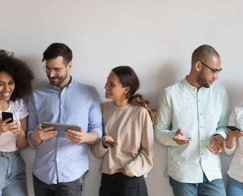 Menschen, die Handys und Tablets verwenden |Text: Woher kommen deine Website-Besucher