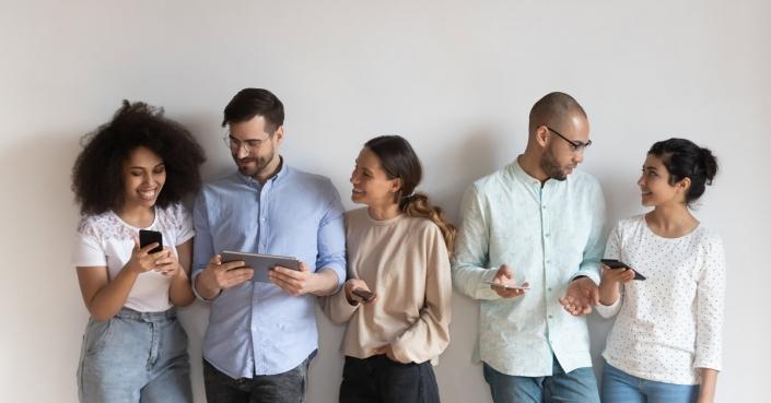 Menschen, die Handys und Tablets verwenden  Text: Woher kommen deine Website-Besucher