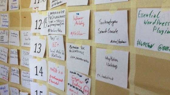 Wand mit Zetteln – Session-Planung auf einem Barcamp.
