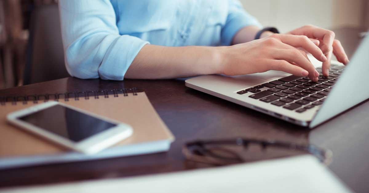 Foto: Frau sitz vor Laptop   Google Tag Manager Einführung