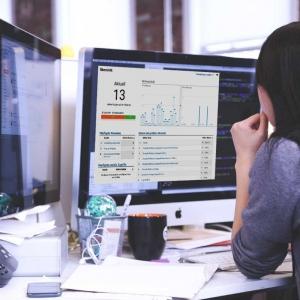 Woman working with Google Analytics|Google Analytics Seminare mit Michael Janssen