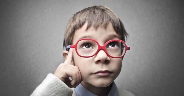 Foto eines nachdenkenden Kindes | Google Analytics 4: Lieber 4-mal überlegen
